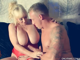 Mature blonde Wendy Leigh drops on their way knees connected with make his dick hard